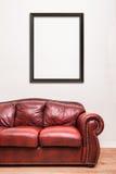 Sofá de couro vermelho luxuoso na frente de uma parede vazia Foto de Stock