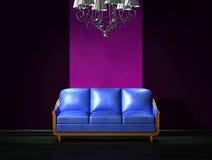 Sofá de cuero azul con la lámpara de lujo Fotografía de archivo libre de regalías