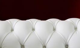 Sofá de cuero blanco de Chesterfield Fotografía de archivo libre de regalías