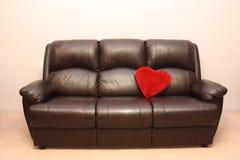 Sofá de cuero con el corazón Imagen de archivo