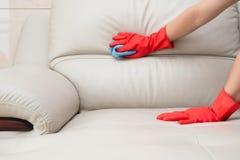 Sofá de cuero de la limpieza Foto de archivo