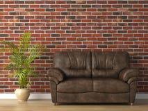 Sofá de cuero en la pared de ladrillo Foto de archivo