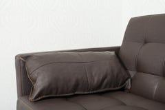 Sofá de cuero marrón clásico con la almohada Imagen de archivo libre de regalías