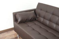 Sofá de cuero marrón clásico con la almohada Imágenes de archivo libres de regalías