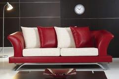 Sofá de cuero rojo Imagen de archivo libre de regalías
