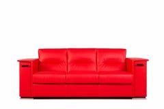Sofá de cuero rojo aislado en blanco Imagen de archivo