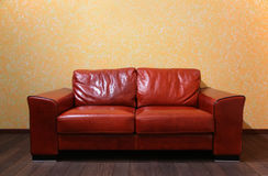 Sofá de cuero rojo en sitio Foto de archivo libre de regalías
