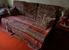 Sofá de Ethno com colcha feita malha fotografia de stock