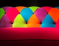 Sofá de lanzamiento coloreado fotografía de archivo