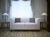 Sofá de linho branco do algodão com as lâmpadas em tabelas ambos os lados Fotografia de Stock