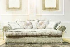Sofá de lujo en interior beige de la moda fotos de archivo libres de regalías