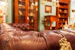 Sofá de lujo en interior de la moda fotografía de archivo
