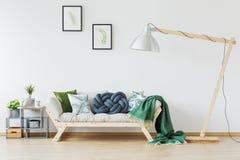 Sofá de madeira e cobertura verde fotografia de stock