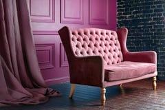 Sofá de madera antiguo del sofá en sitio del vintage Butaca clásica del estilo Foto de archivo libre de regalías