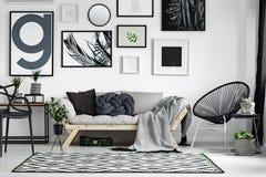 Sofá de madera con las almohadas Imagenes de archivo
