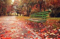 Sofá de madera en una estación del otoño de la fantasía Foto de archivo