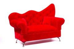 Sofá de moda rojo a relajarse Fotos de archivo libres de regalías