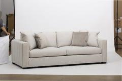 Sofá de Seater do branco dois - sofá branco dois Seater imagens de stock