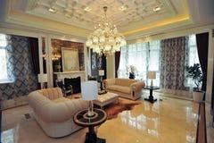 Sofá del amarillo de la sala de estar del chalet Imagen de archivo