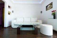 Sofá del cuero blanco en sala de estar fotografía de archivo libre de regalías
