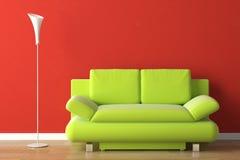 Sofá del verde del diseño interior en rojo Imagen de archivo libre de regalías