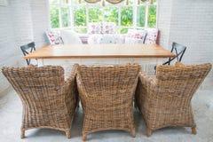 Sofá del vintage del tejido en una sala de estar inglesa del estilo Fotografía de archivo