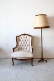 Sofá del vintage en el cuarto Foto de archivo libre de regalías