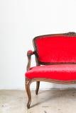 Sofá del vintage en la pared blanca Fotografía de archivo libre de regalías