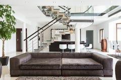 Sofá diseñado en casa costosa fotos de archivo