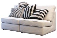 Sofá do kivik de Ikea com mantas e descansos imagem de stock