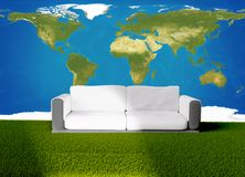Sofá do sofá na grama verde 3d-illustration Elementos deste imag Fotos de Stock