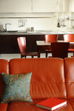 Sofá e interior vermelhos de uma cozinha fotografia de stock royalty free