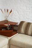 Sofá e pouca tabela Imagem de Stock