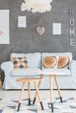Sofá e tabelas em uma sala imagens de stock