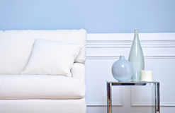 Sofá e vasos brancos fotos de stock royalty free