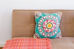 Sofá elegante con la almohada Imagen de archivo libre de regalías
