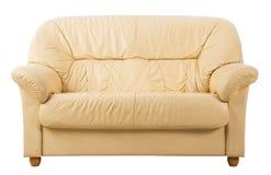 Sofá en el blanco, vista delantera del sofá de cuero Imágenes de archivo libres de regalías