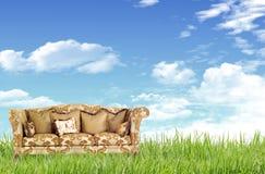 Sofá en el campo de hierba Fotografía de archivo libre de regalías