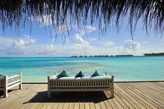 Sofá en la playa Foto de archivo libre de regalías