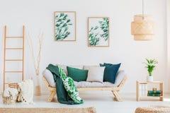 Sofá en sala de estar neutral Imagen de archivo libre de regalías