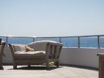 Sofá en un balcón de la nave con el fondo del Mar Rojo foto de archivo