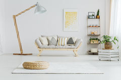 Sofá gris en sala de estar brillante Foto de archivo