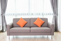 Sofá gris en sala de estar moderna al lado de la ventana Deco interior Imagen de archivo
