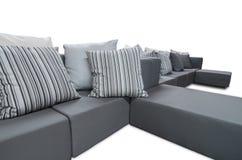 Sofá interior al aire libre con los amortiguadores y las almohadas Fotografía de archivo libre de regalías