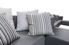 Sofá interior al aire libre con los amortiguadores y las almohadas Fotos de archivo libres de regalías