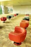 Sofá interior moderno de la oficina de un pasillo Foto de archivo libre de regalías