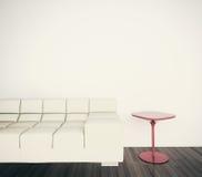 Sofá interior moderno mínimo para hacer frente a la pared en blanco Fotos de archivo