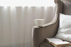 Sofá moderno com um copo de café imagem de stock royalty free