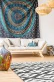 Sofá moderno e pano étnico fotografia de stock royalty free