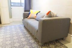 Sofá moderno en sala de estar Imágenes de archivo libres de regalías